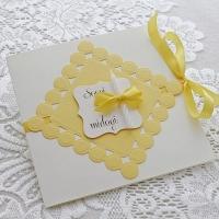 Käsitöökaart kollase paelseose ja väikese valge sooviküünlaga
