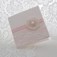 Väikese roseti ja roosa pitsiga käsitöökaart